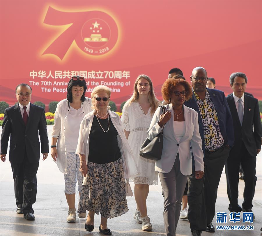 """""""让友谊辉映未来——记""""友谊勋章""""获得者及代表参观庆祝中华人民共和国成立70周年大型成就展"""