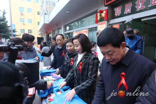 我市开展艾滋病防治宣传志愿者进社区活动