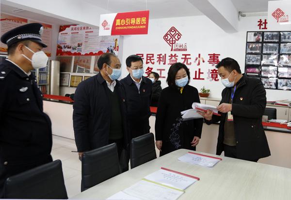"""""""梁丽萍在凤鸣社区调研疫情防控工作"""