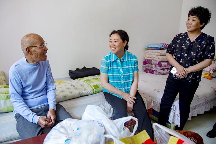范丽霞就脱贫攻坚在阳城县上桑林村走访调研