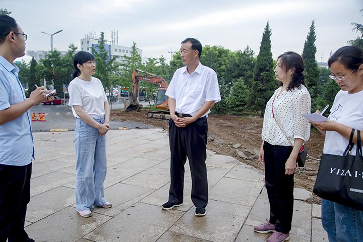 冯裕民督导检查文明城市创建工作
