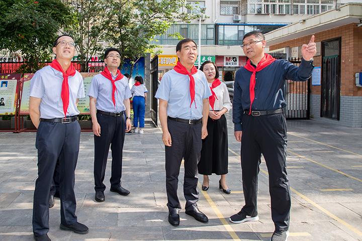 """王震与少年儿童共庆""""六一""""国际儿童节"""