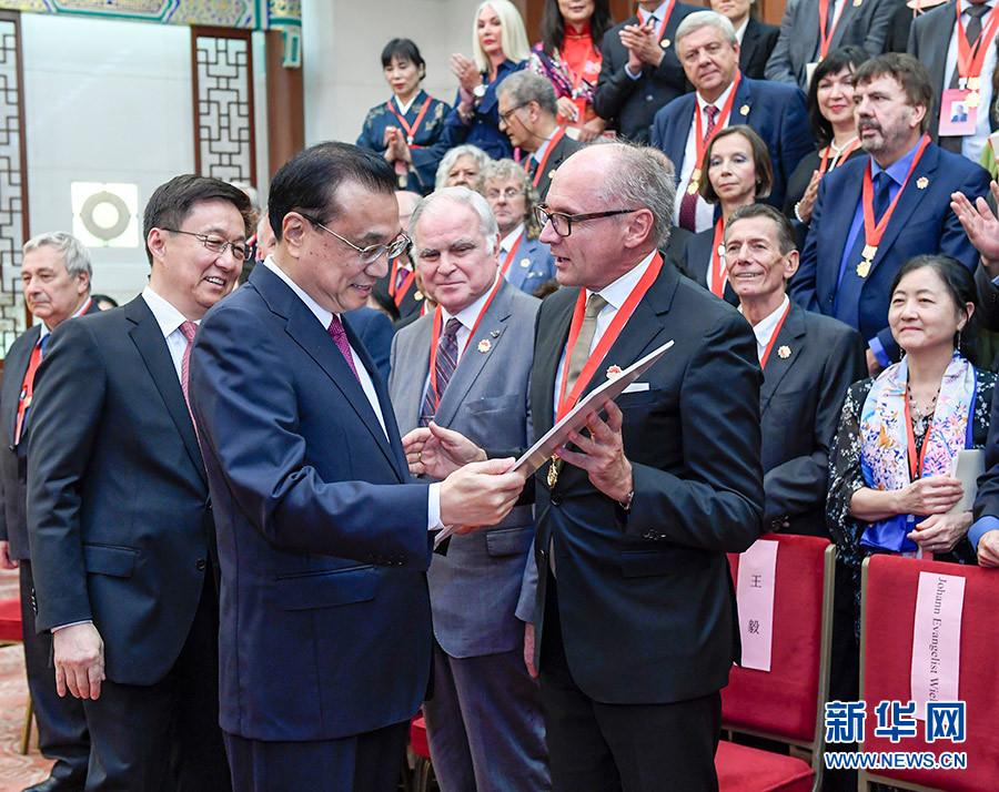 李克强会见2019年度中国政府友谊奖获奖外国专家 韩正参加会见